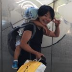 荷物いっぱいの時に子どもを背負う方法